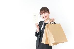 給料でショッピングをするビジネスウーマンの写真素材 [FYI04723147]