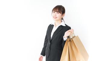 ショッピングをする若いビジネスウーマンの写真素材 [FYI04723148]