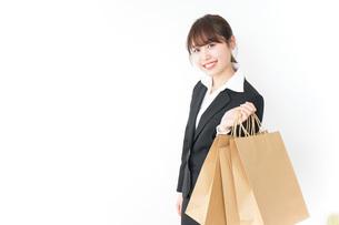 ショッピングをする若いビジネスウーマンの写真素材 [FYI04723149]