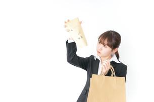 給与に不満を抱く女性・ベースアップ・春闘イメージの写真素材 [FYI04723155]
