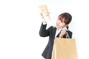 給与に不満を抱く女性・ベースアップ・春闘イメージの写真素材 [FYI04723156]