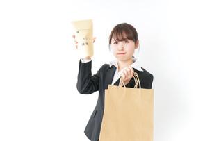 給与に不満を抱く女性・ベースアップ・春闘イメージの写真素材 [FYI04723157]