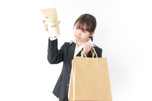 給与に不満を抱く女性・ベースアップ・春闘イメージの写真素材 [FYI04723158]