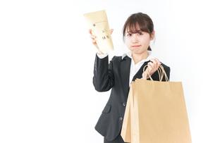 給与に不満を抱く女性・ベースアップ・春闘イメージの写真素材 [FYI04723159]