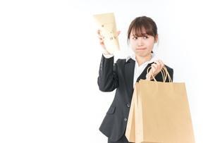 給与に不満を抱く女性・ベースアップ・春闘イメージの写真素材 [FYI04723160]