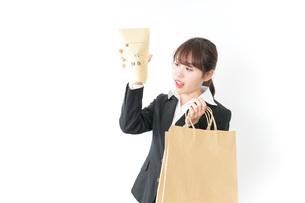 給与に不満を抱く女性・ベースアップ・春闘イメージの写真素材 [FYI04723161]
