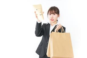 給与に不満を抱く女性・ベースアップ・春闘イメージの写真素材 [FYI04723163]