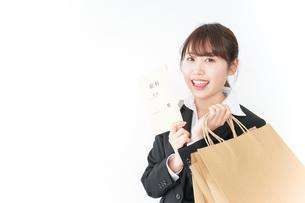 給料でショッピングをするビジネスウーマンの写真素材 [FYI04723164]