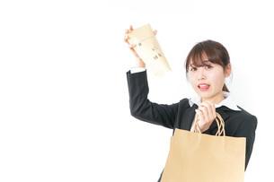 給与に不満を抱く女性・ベースアップ・春闘イメージの写真素材 [FYI04723165]