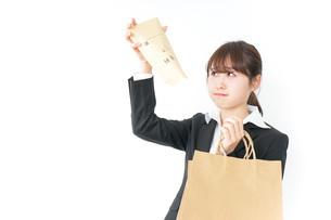 給与に不満を抱く女性・ベースアップ・春闘イメージの写真素材 [FYI04723166]