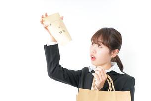 給与に不満を抱く女性・ベースアップ・春闘イメージの写真素材 [FYI04723170]