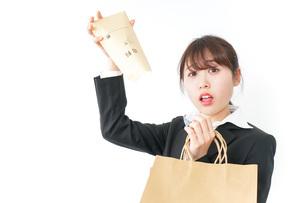 給与に不満を抱く女性・ベースアップ・春闘イメージの写真素材 [FYI04723171]