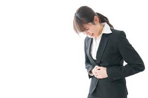 生理痛・腹痛で苦しむビジネスウーマンの写真素材 [FYI04723247]