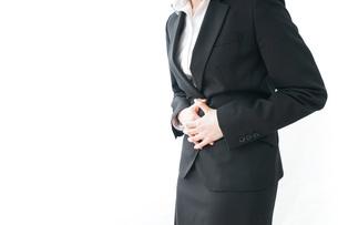 生理痛・腹痛で苦しむビジネスウーマンの写真素材 [FYI04723257]