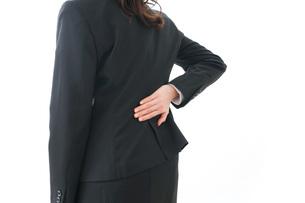 腰痛を感じるビジネスウーマンの写真素材 [FYI04723267]