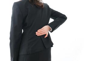 腰痛を感じるビジネスウーマンの写真素材 [FYI04723268]
