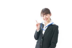 ポイントを指差す若い女性の写真素材 [FYI04723339]
