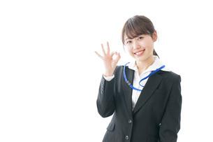 OKサインを示す笑顔のビジネスウーマンの写真素材 [FYI04723344]
