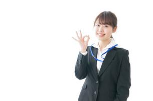OKサインを示す笑顔のビジネスウーマンの写真素材 [FYI04723345]