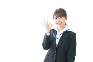 OKサインを示す笑顔のビジネスウーマンの写真素材 [FYI04723346]