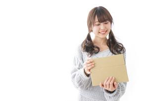 宅配便を受け取る女性の写真素材 [FYI04723386]