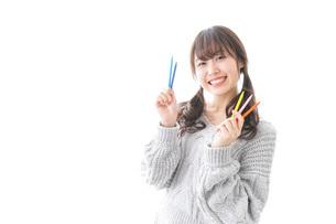 カラフルな色鉛筆を持つ女性のイラスト素材 [FYI04723394]