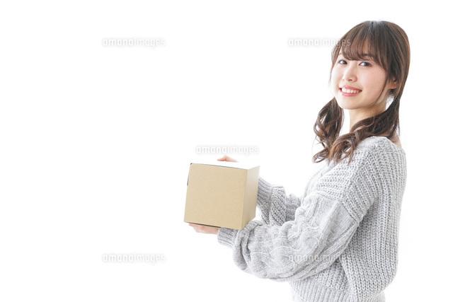 宅配便を受け取る女性の写真素材 [FYI04723397]