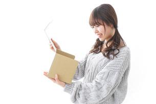 宅配便を受け取る女性の写真素材 [FYI04723400]