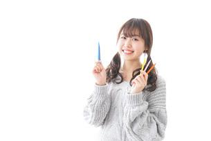 カラフルな色鉛筆を持つ女性のイラスト素材 [FYI04723403]