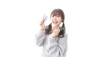 カラフルな色鉛筆を持つ女性のイラスト素材 [FYI04723405]