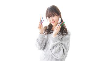 カラフルな色鉛筆を持つ女性のイラスト素材 [FYI04723409]