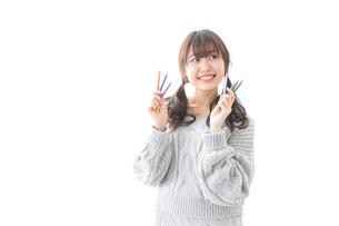 カラフルな色鉛筆を持つ女性のイラスト素材 [FYI04723411]