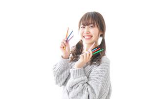 カラフルな色鉛筆を持つ女性のイラスト素材 [FYI04723415]