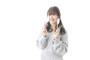 カラフルな色鉛筆を持つ女性のイラスト素材 [FYI04723416]