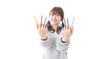 カラフルな色鉛筆を持つ女性のイラスト素材 [FYI04723418]