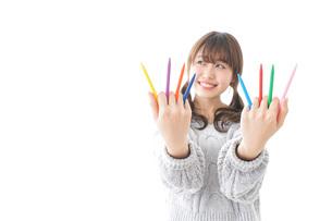カラフルな色鉛筆を持つ女性のイラスト素材 [FYI04723425]