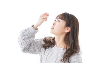 目薬を入れる女性の写真素材 [FYI04723476]