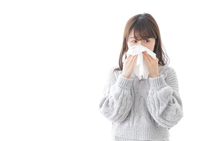 風邪・花粉症で鼻をかむ女性の写真素材 [FYI04723478]