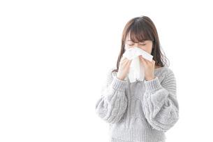 風邪・花粉症で鼻をかむ女性の写真素材 [FYI04723479]