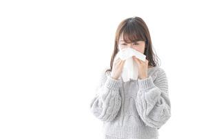 風邪・花粉症で鼻をかむ女性の写真素材 [FYI04723480]
