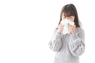 風邪・花粉症で鼻をかむ女性の写真素材 [FYI04723481]