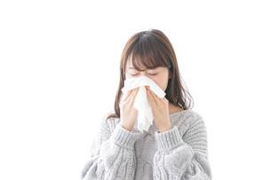 風邪・花粉症で鼻をかむ女性の写真素材 [FYI04723482]