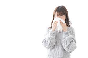 風邪・花粉症で鼻をかむ女性の写真素材 [FYI04723483]