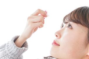 目薬を入れる女性の写真素材 [FYI04723485]