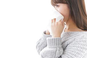 風邪・花粉症で鼻をかむ女性の写真素材 [FYI04723491]