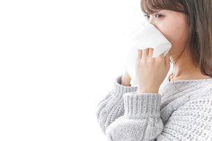 風邪・花粉症で鼻をかむ女性の写真素材 [FYI04723492]