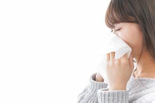 風邪・花粉症で鼻をかむ女性の写真素材 [FYI04723494]