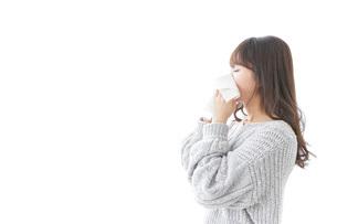 風邪・花粉症で鼻をかむ女性の写真素材 [FYI04723500]