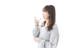 水分補給をする女性の写真素材 [FYI04723516]