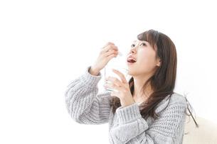粉薬を服用する女性の写真素材 [FYI04723539]